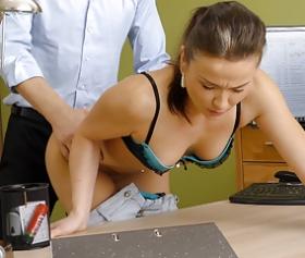 Calva, matura figlia vicina scopata in ufficio