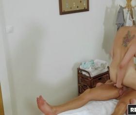 Una ragazza sexy scopa con un giovane che viene nella sala massaggi